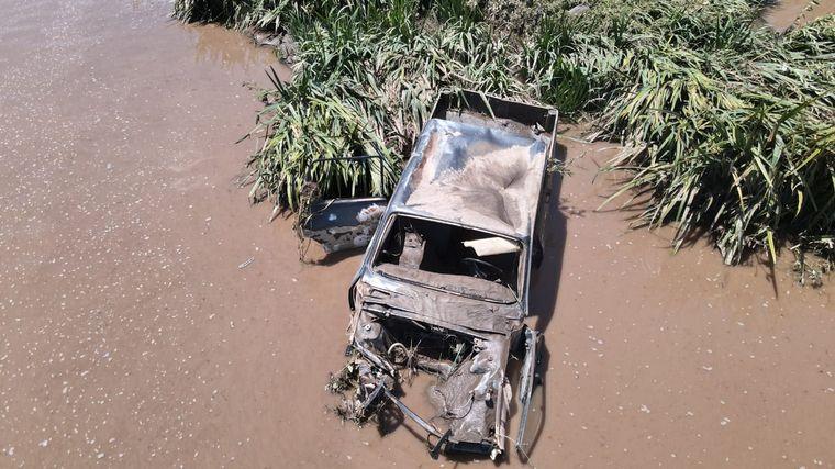 FOTO: Cuatro vehículos fueron arrastrados por la crecida