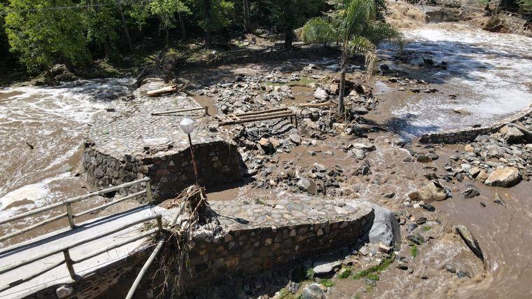 FOTO: El agua arrasó con el balneario Las 7 Cascadas, en La Falda.