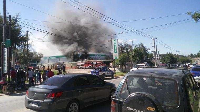 FOTO: Al menos 13 dotaciones de bomberos trabajan para combatir el fuego en Salsipuedes