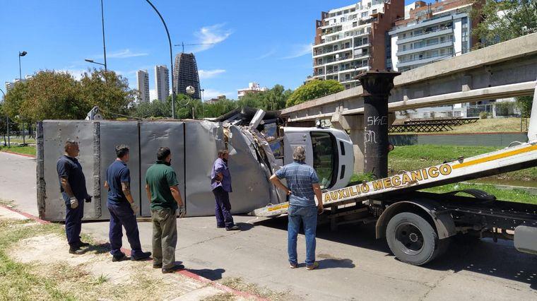 AUDIO: Un camión chocó con el puente ferroviario y volcó