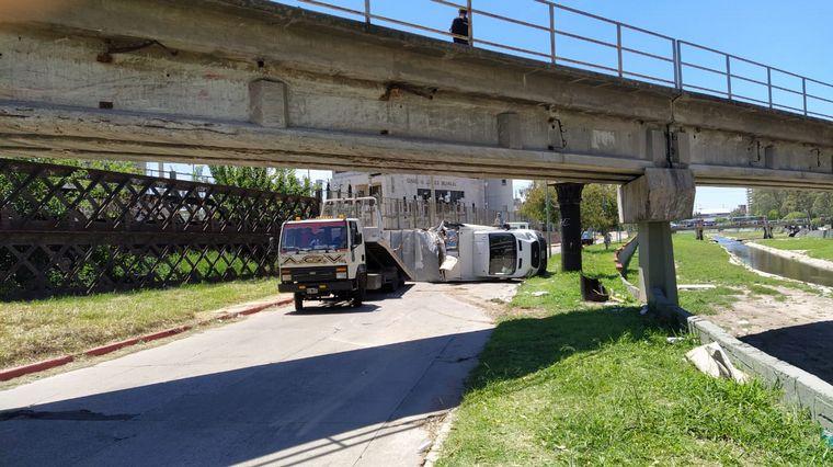 FOTO: Un camión chocó con el puente ferroviario y volcó