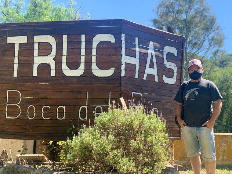 FOTO: Matias Arrieta en un criadero de truchas Boca del Río