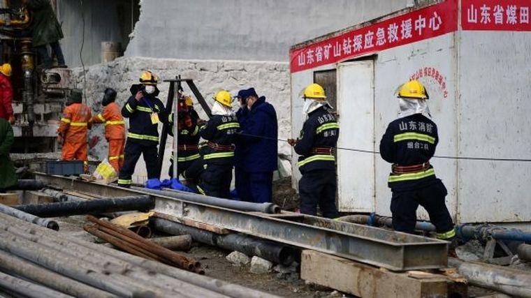 FOTO: Rescatan a once mineros atrapados hace dos semanas en China