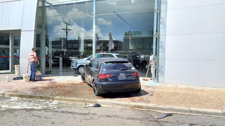AUDIO: Chocó Lucas Acosta: se estrelló contra una concesionaria