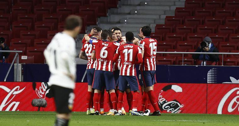FOTO: Atlético de Madrid venció a Valencia y continûa en lo más alto de la Liga de España