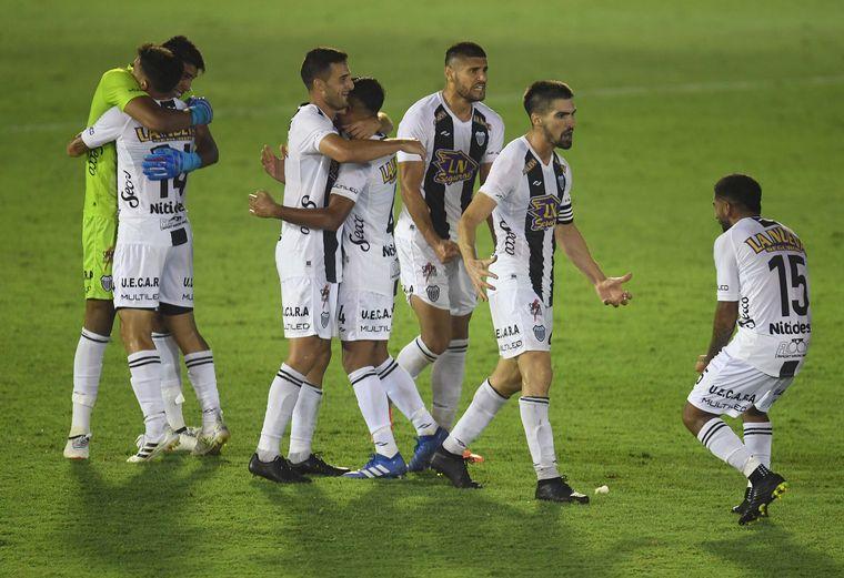 FOTO: Estudiantes de Buenos Aires vence a Atlanta y se mete en semifinales del Reducido