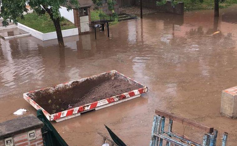 FOTO: El agua tapó toda la calle en barrio La Catalina.