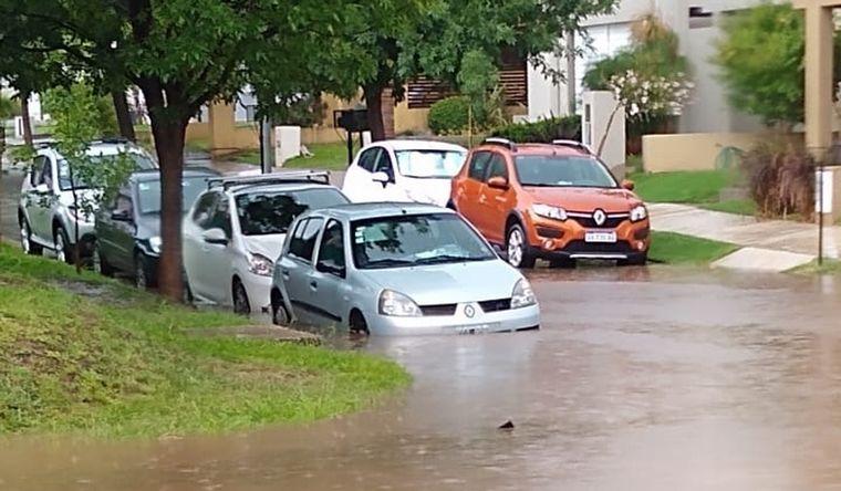AUDIO: El barrio cerrado La Catalina se inundó en Córdoba: hubo autos tapados