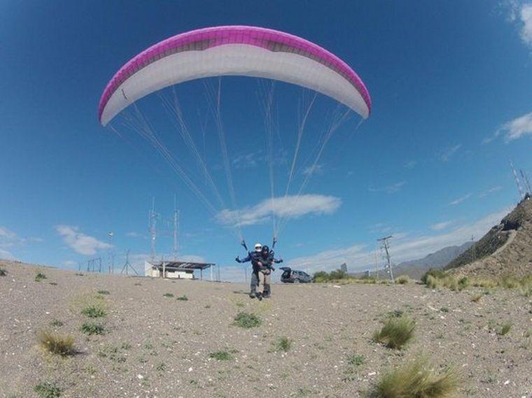 AUDIO: Aventura en parapente desde la cima del cerro Arco en Mendoza
