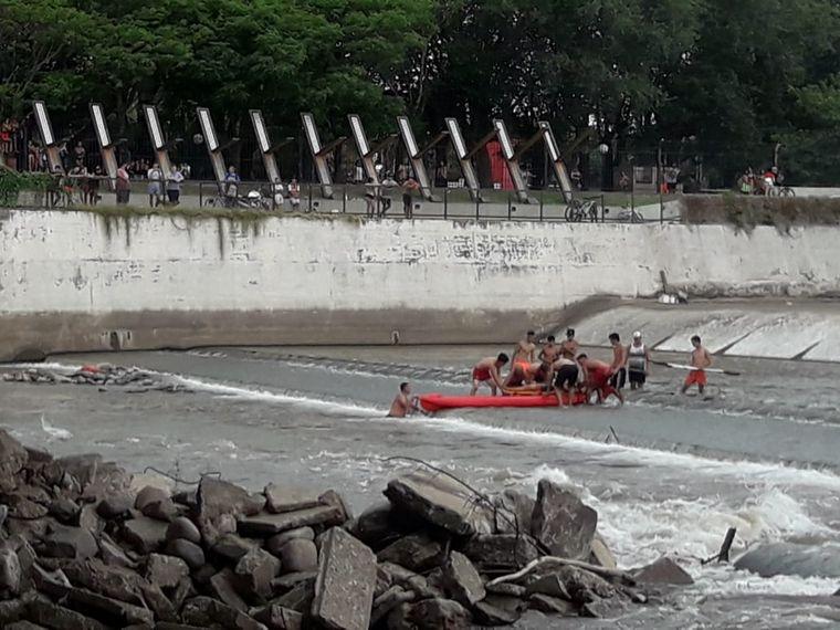 AUDIO: Rescatan a un hombre que se tiró al río desde las compuertas