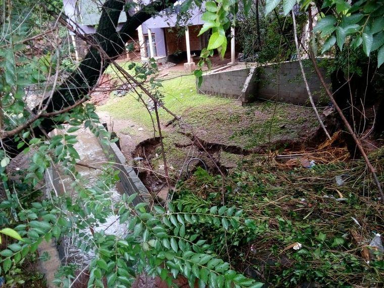 FOTO: Un desagüe mal hecho ocasionó daños en una vivienda.