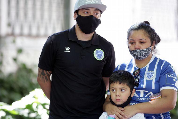 """FOTO: Dolor entre los hinchas del """"Tomba"""" por la muerte del """"Morro""""."""