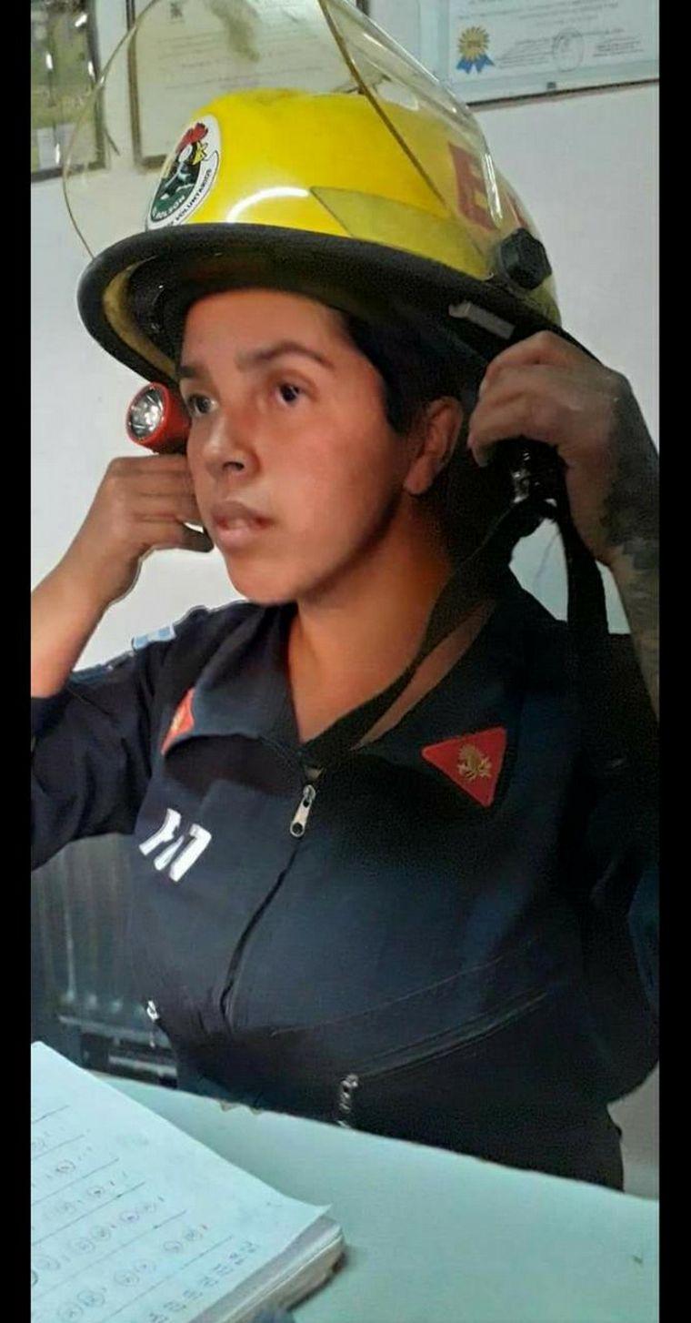 FOTO: La joven pertenece al cuartel de bomberos voluntarios de El Bolsón.