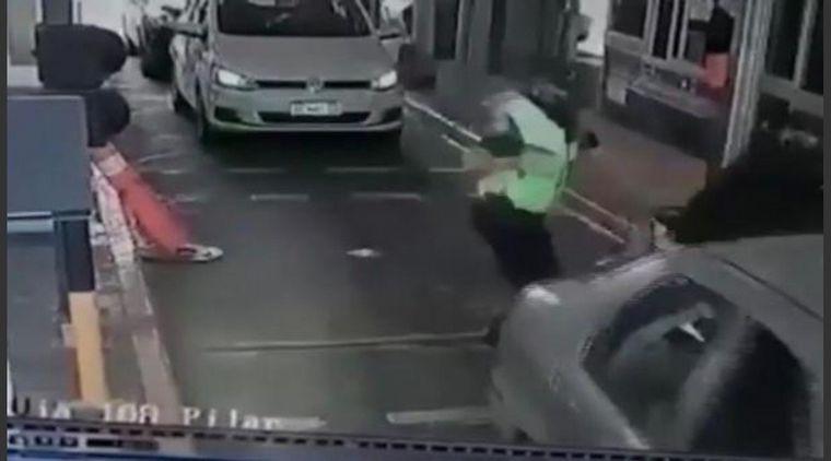 FOTO: Un motociclista que intentó pasar el peaje de Pilar sin pagar