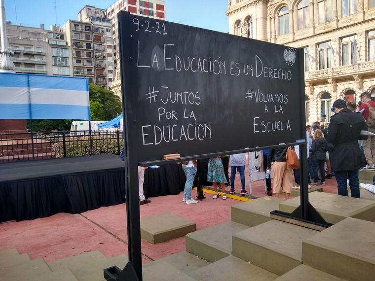 """FOTO: Con una """"clase abierta"""" reclaman por el regreso a las aulas en Córdoba"""
