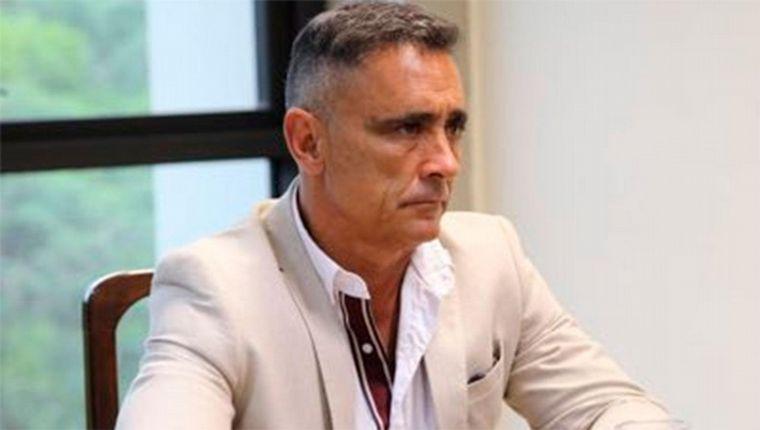 FOTO: Alberto Fernández, al ser recibido por Juan Manzur.