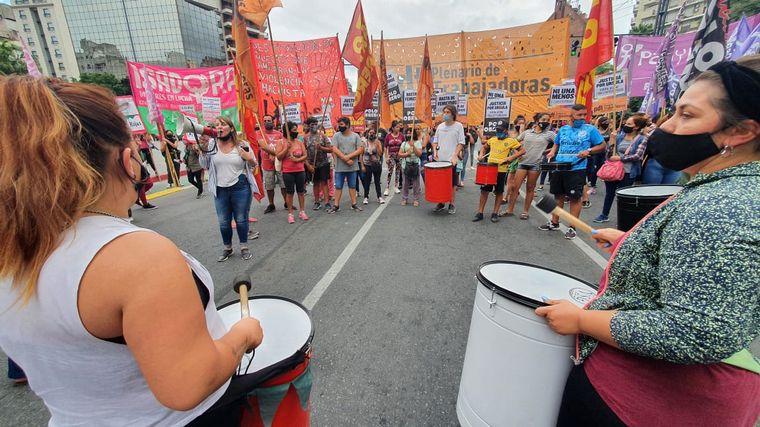 FOTO: En Córdoba marchan por los femicidios de Úrsula Bahillo y Cecilia Basaldúa.