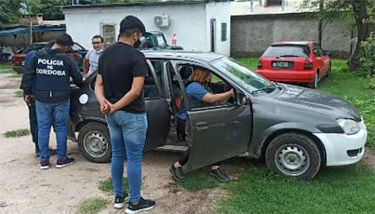 FOTO: Tres detenidos por vender cédulas de conducir en una gomería