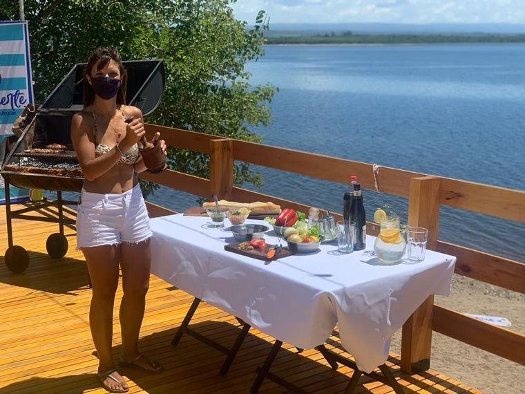 FOTO: Marce cocinó un mega choripán en la costanera de Almafuerte