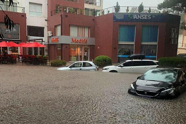 AUDIO: Un fuerte temporal en Pinamar dejó inundaciones e importantes daños