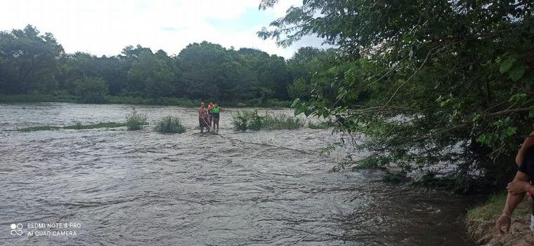 FOTO: Dos adultos y dos menores fueron rescatados en el río Anisacate.