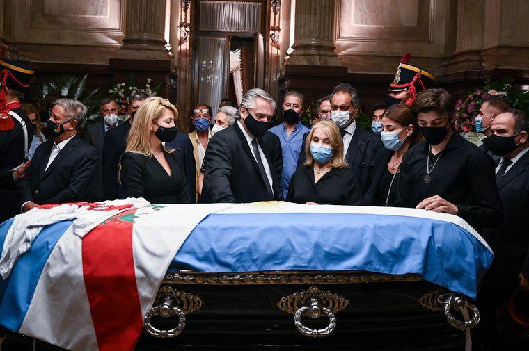 FOTO: Zulemita y Zulema despiden los restos del ex presidente.