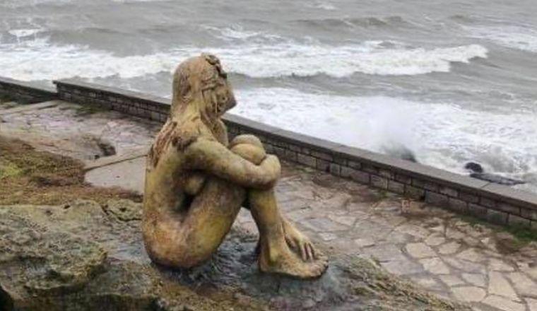 FOTO: Revelaron quién es el autor de la escultura en Playa Chica