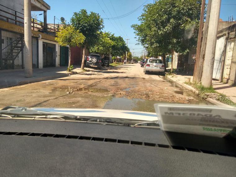 AUDIO: Villa El Libertador: vecinos tapan los baches por su cuenta