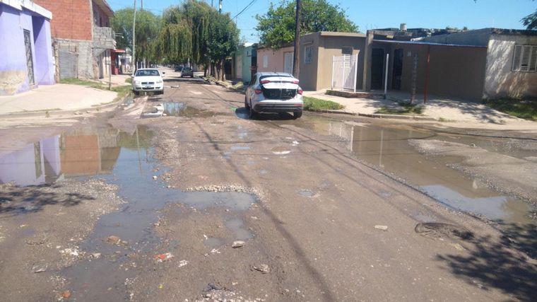 FOTO: Villa El Libertador: vecinos tapan los baches por su cuenta