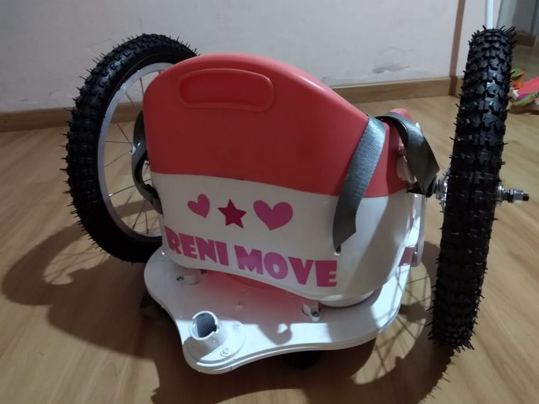AUDIO: Diseñó una silla para que una niña de 3 años pueda tener movilidad