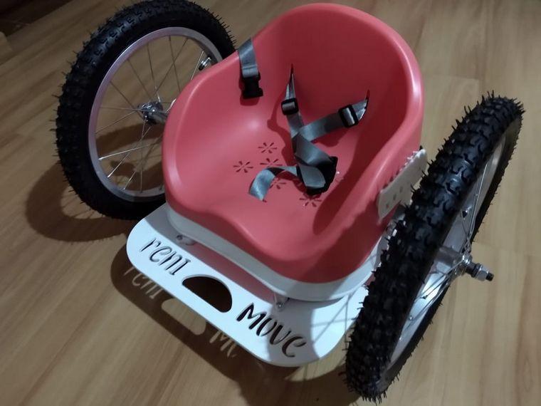 FOTO: Diseñó una silla para que una niña de 3 años tenga movilidad