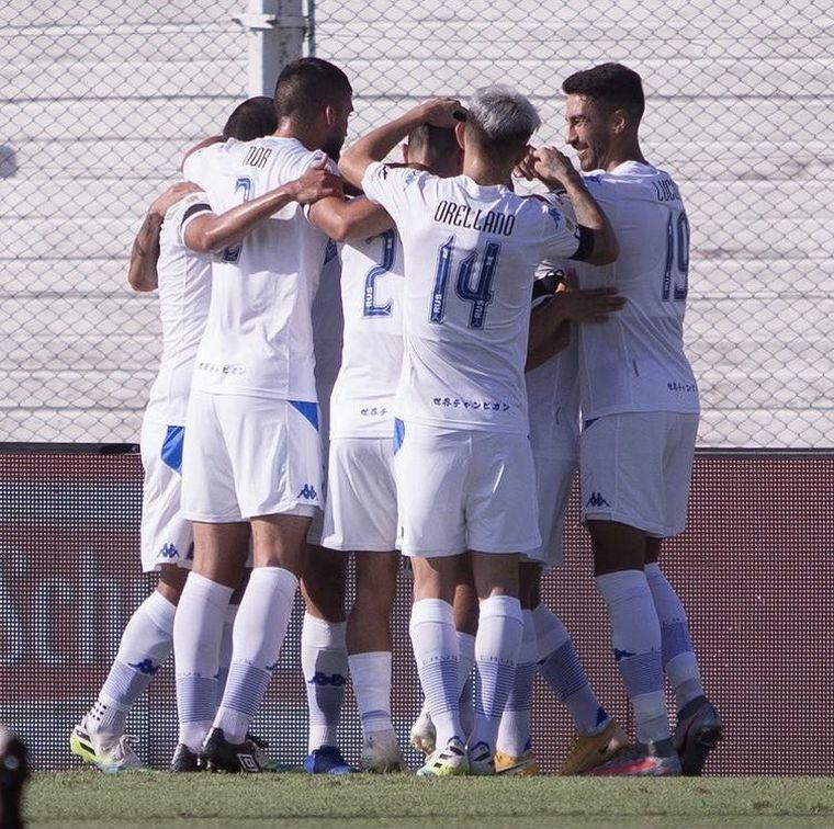 FOTO: Vélez ganó en Junín para ser líder de la zona 2 de la Copa