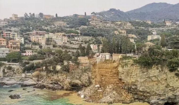 FOTO: Decenas de ataúdes flotando en el mar por derrumbe de un cementerio en Italia