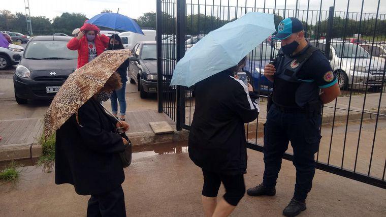 FOTO: Filas bajo la lluvia en el Centro de Convenciones.