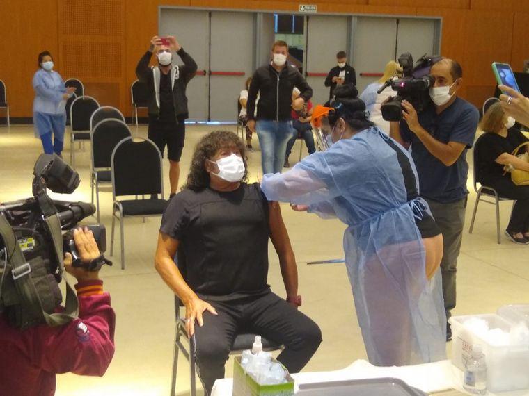 FOTO: La Mona Jiménez se vacunó como un vecino más.