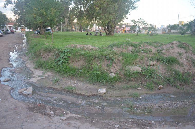AUDIO: Un río de aguas servidas bordea la plaza de barrio Jardín de Horizonte