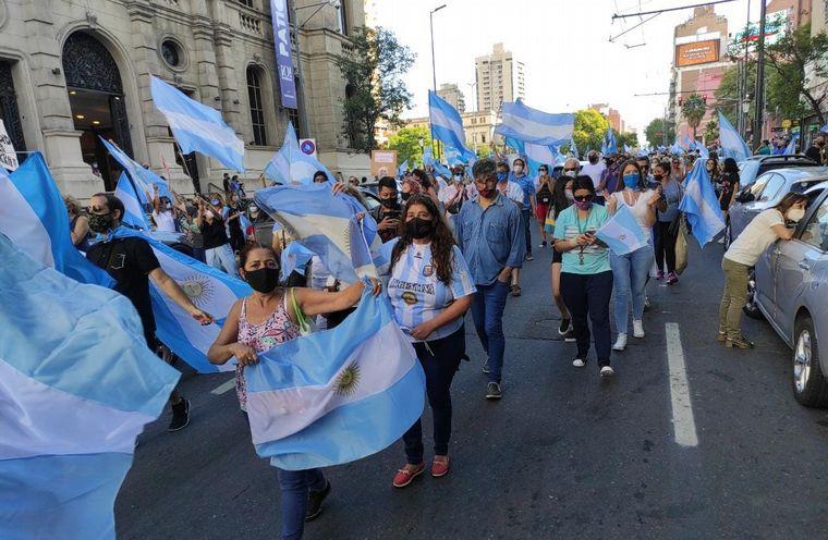 FOTO: La oposición marchó para repudiar el vacunatorio VIP