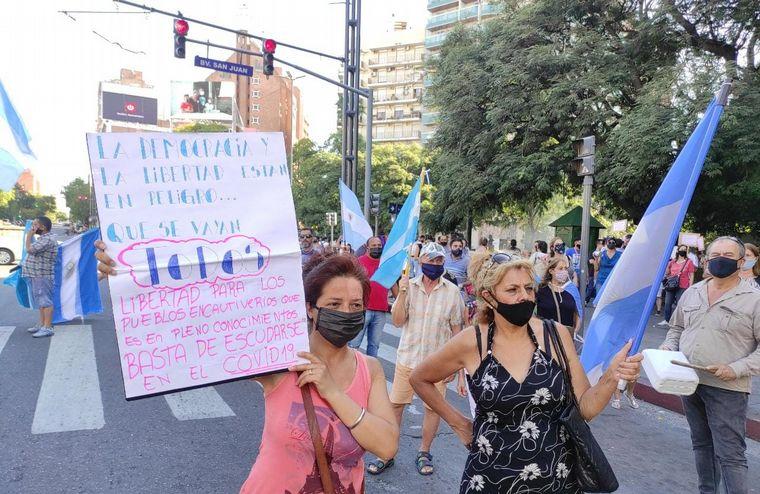 FOTO: Multitudinaria marcha en Buenos Aires en contra del vacunatorio VIP (@MnicaTo17)