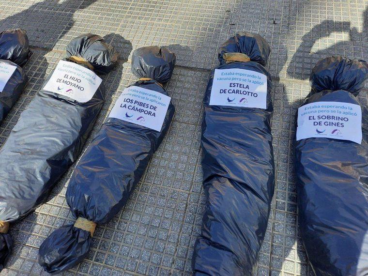 FOTO: La masiva marcha en contra del vacunatorio VIP, en imágenes