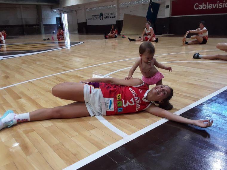 FOTO: Amamantó a su hija en pleno partido de básquet y fue viral