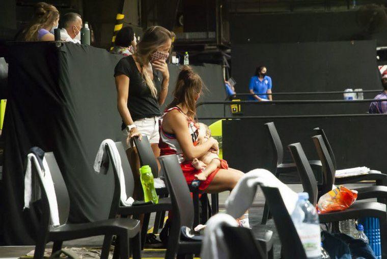 AUDIO: Amamantó a su hija en pleno partido y la foto se hizo viral