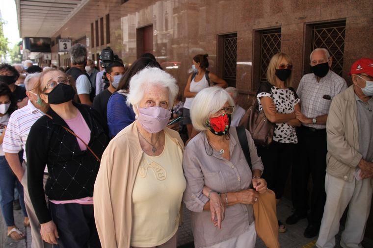 FOTO: Largas filas bajo el sol para vacunarse en la Ciudad de Buenos Aires.
