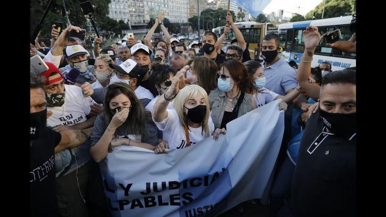 FOTO: Verónica Ojeda y Dieguito Fernando, en la marcha por Diego Maradona.