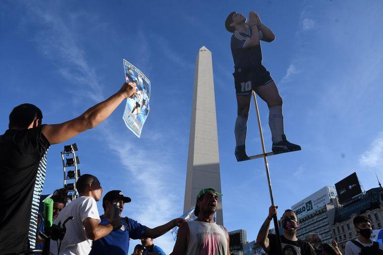 FOTO: Las hijas de Diego y Claudia Villafañe, en la manifestación.