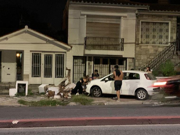 FOTO: Investigan si los ocupantes del Fiat Punto circulaban borrachos.