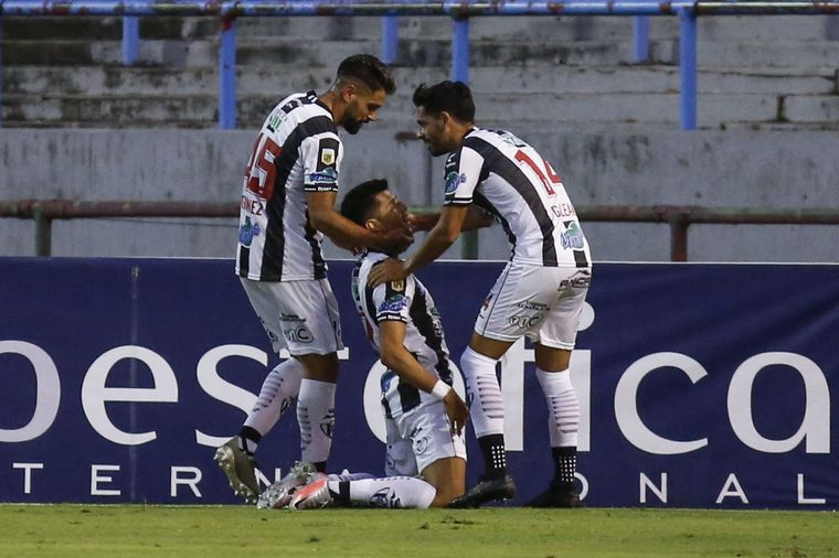 FOTO: Leonardo Sequeira convirtió el primer gol para Central Córdoba.