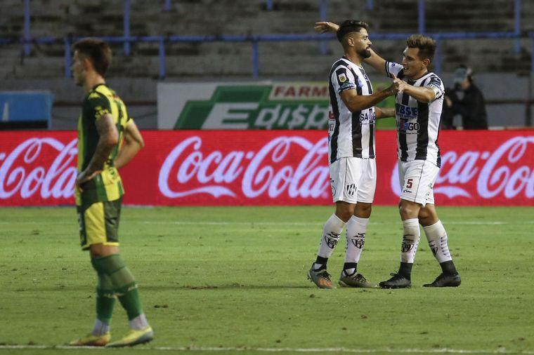 FOTO: Central Córdoba venció 2-1 a Aldosivi y se acerca a la punta