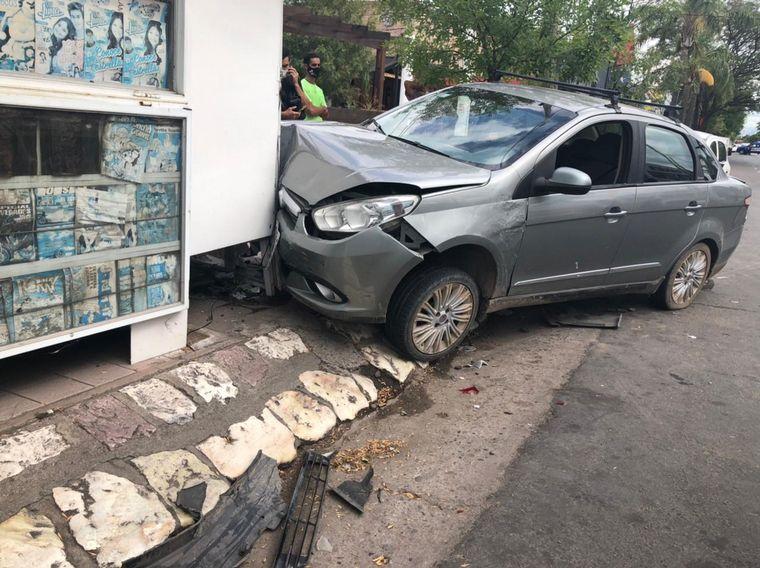 AUDIO: Chocó dos autos y termino incrustado en un puesto de diarios