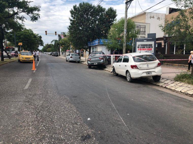 FOTO: Chocó dos autos y se incrustó en un puesto de diarios