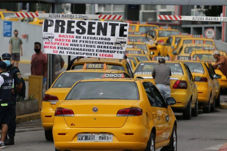Taxistas paran en Córdoba contra el transporte ilegal - Radioinforme 3 -  Cadena 3 Argentina